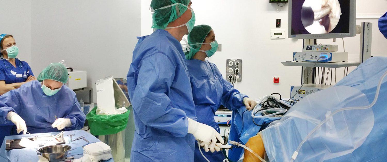 Alai Sports Medicine Clinic - Traumatología General y Deportiva - El Dr Mikel Aramberri operando