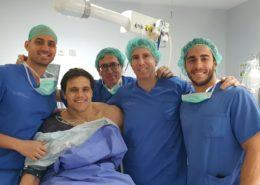 Chema Márquez Coloma, junto al Dr. Mikel Aramberri y su equipo médico tras la sesión quirúrgica.